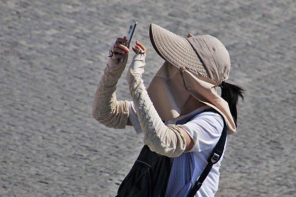 Touriste asiatique sur son smartphone