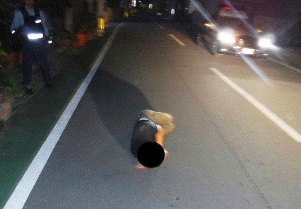 Rojo-ne : une personne qui dort sur la route, à Okinawa