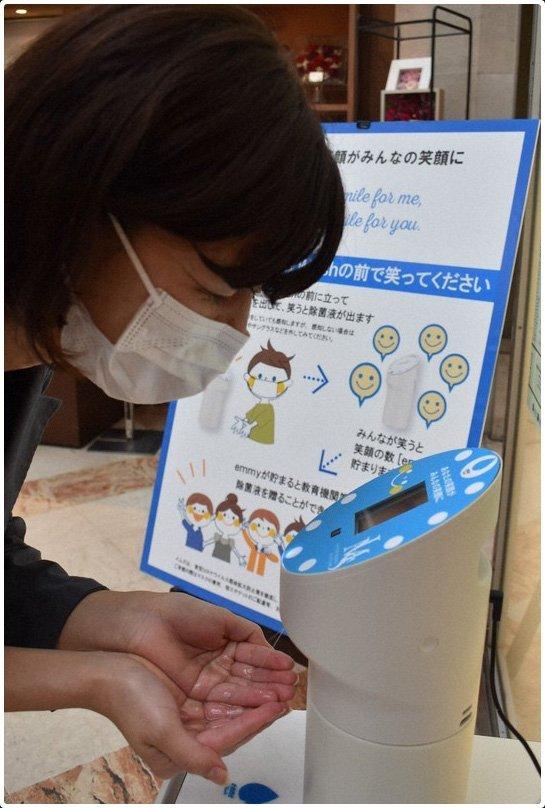 Une Japonaise qui souri avec son masque