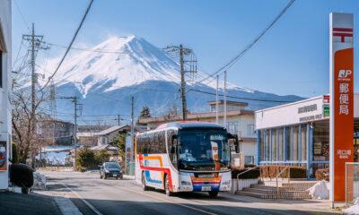 Un bus touristique devant le Mont Fuji, au Japon
