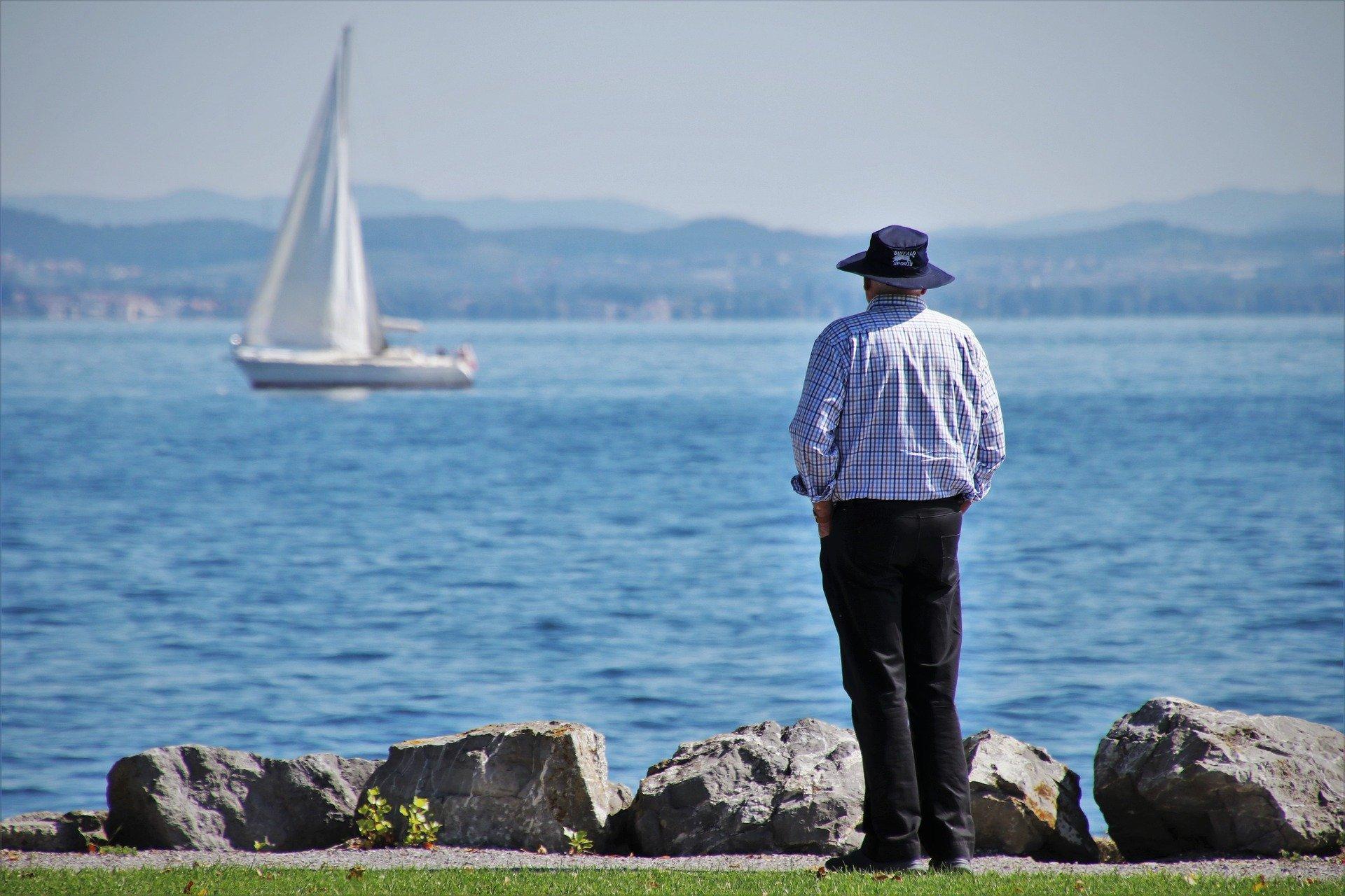 Sénior devant la mer
