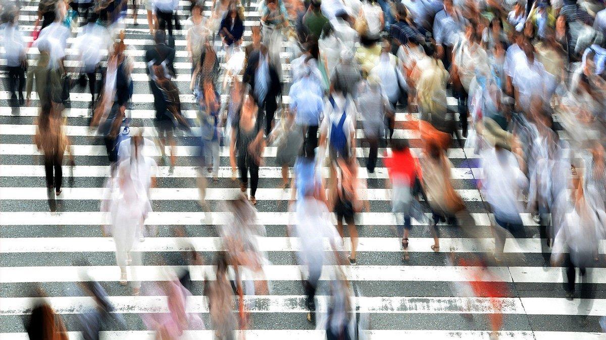 Tokyo, personnes japonaises sur un passage trottoir