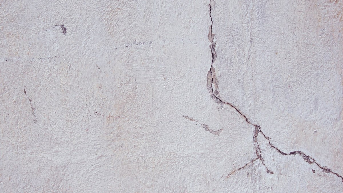 Un mur fissuré par un tremblement de terre