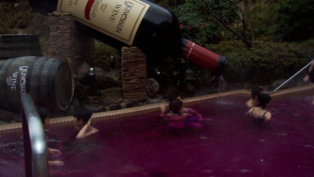 Des Japonais se baignent dans du Beaujolais Nouveau