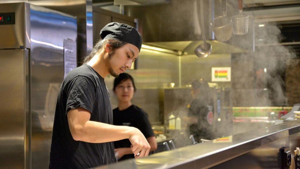 Dans les restaurants, les cuisiniers japonais disent parfois Itadakimasu à leurs clients